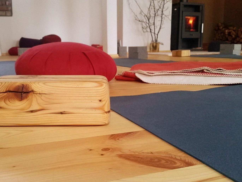 yoga-vor-dem-kamin-im-element-ost-yogastudio-leipzig