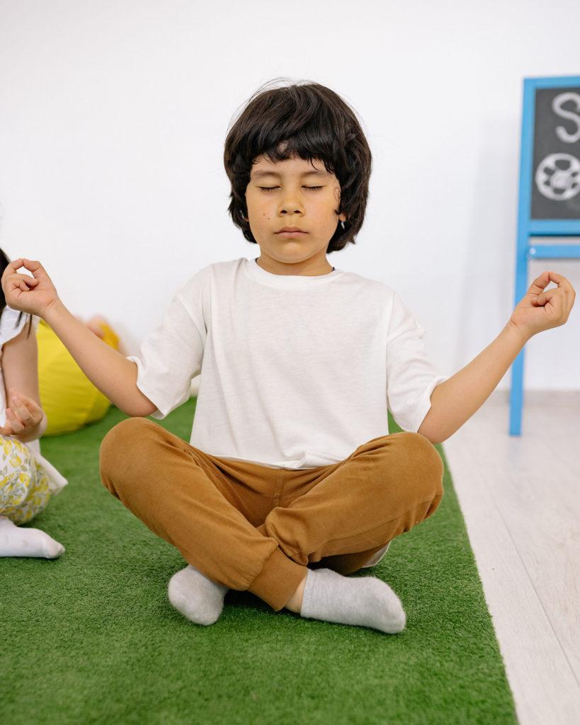 Yoga für Kinder, Kind meditiert