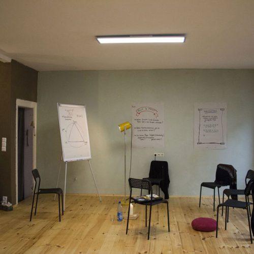Der große Seminarraum in Leipzig mit Sitzgruppe und Whiteboard