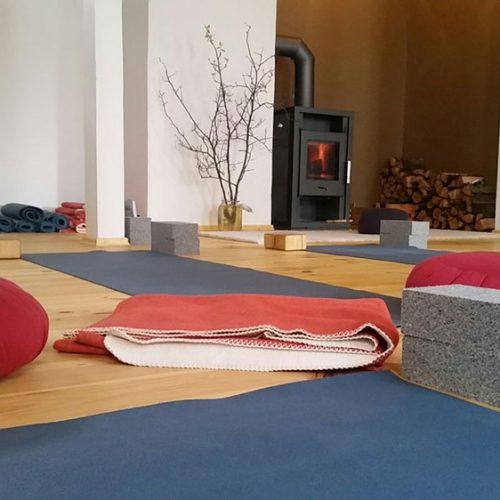 Unser Yoga-Raum in Leipzig, Foto der Yogamatten mit Kamin im Hintergrund